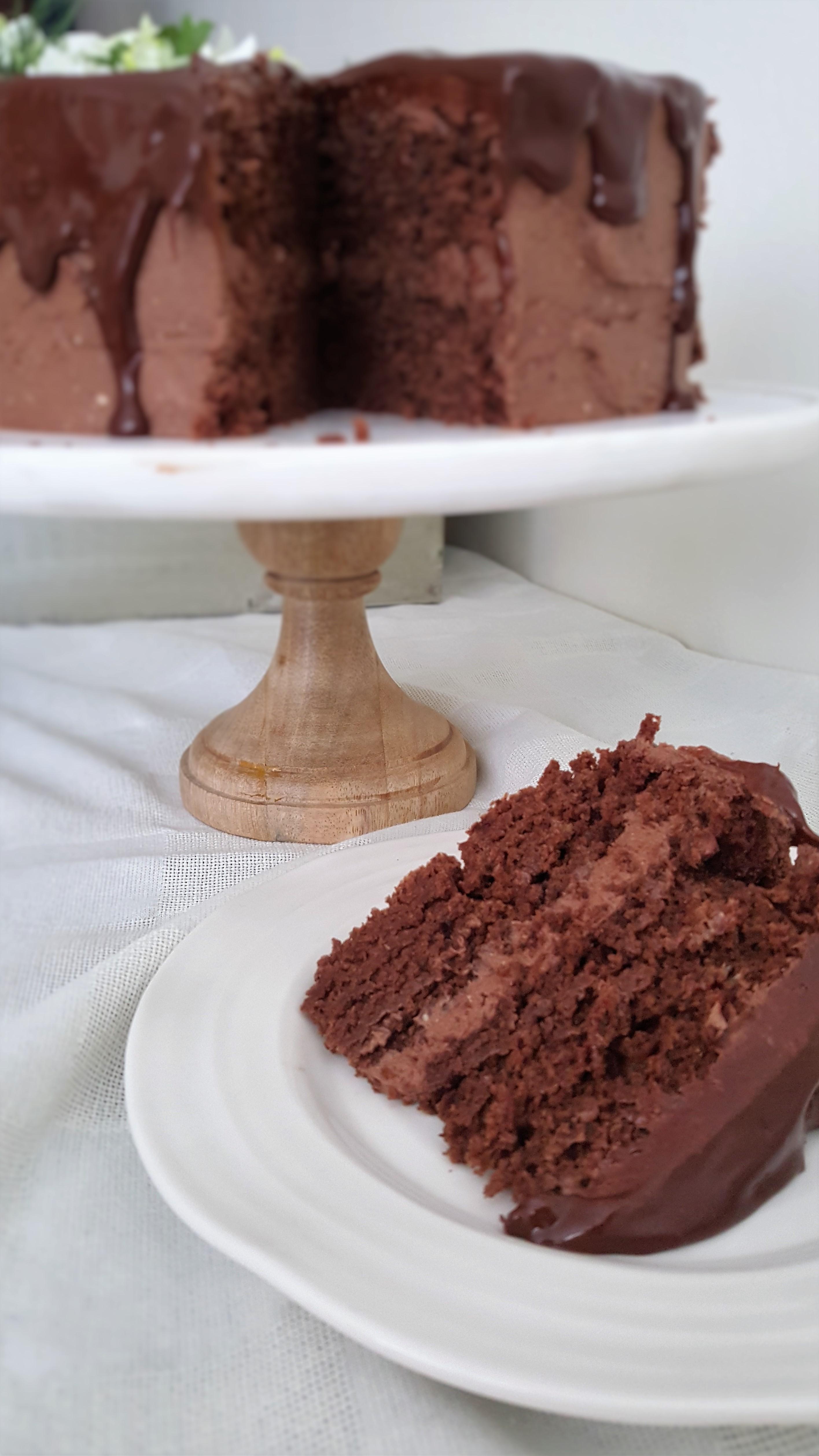 Pastel de chocolate con buttercream y ganache/ Chocolate cake with ...