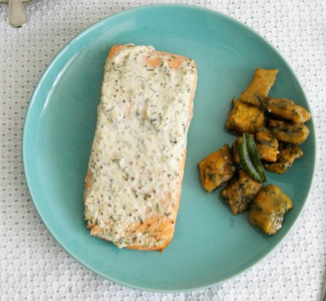Salmón con yogurt y hierbas
