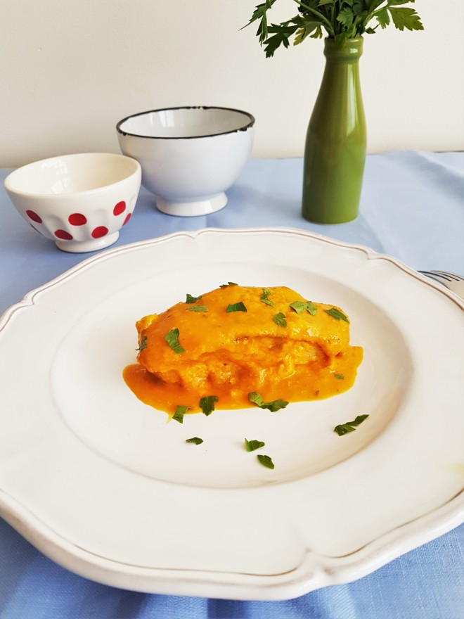 Bacalao en salsa de pimiento morrón naranja