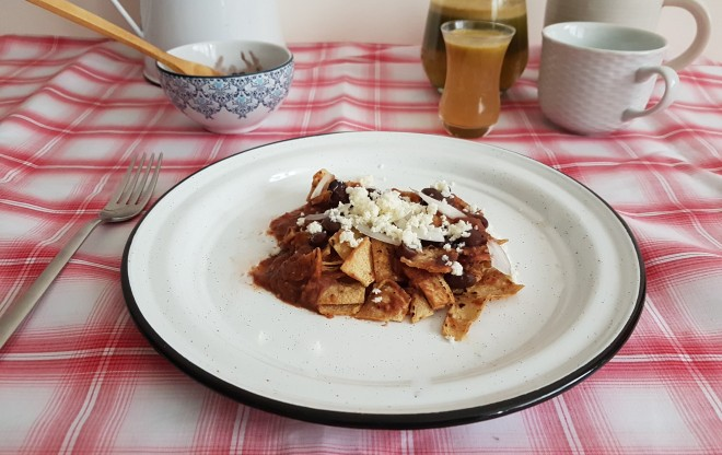 Chilaquiles en salsa de jitomate tatemado y frijol