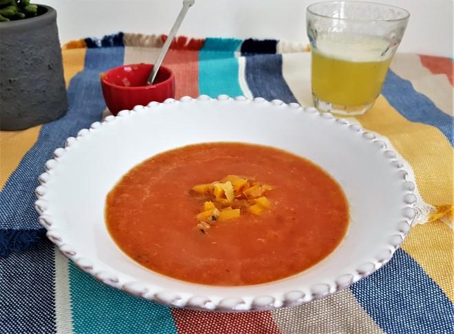 Sopa de jitomate y pimiento rostizado