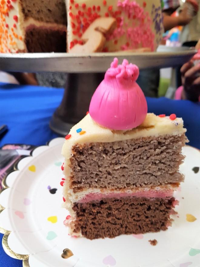 Pastel de chocolate y frambuesa con betún de queso crema y mascarpone